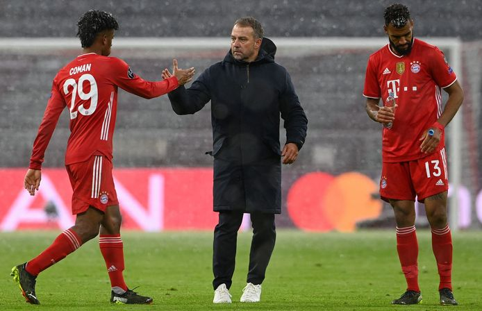 Bayern-coach Hans-Dieter Flick (m) bedankt Kingsley Coman (l). Rechts Eric Maxim Choupo-Moting.