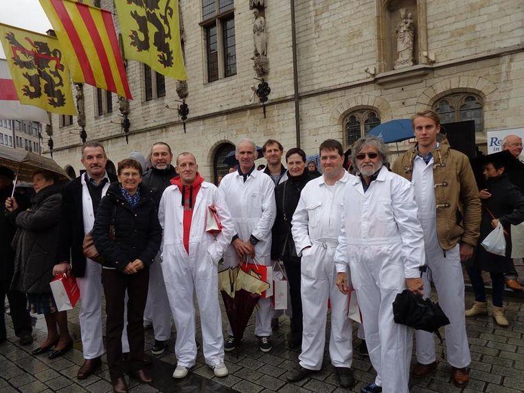 Een delegatie van de reuzendragers en schepen Bertels op de Reuzendag in Dendermonde, waar ze de medaille kregen.