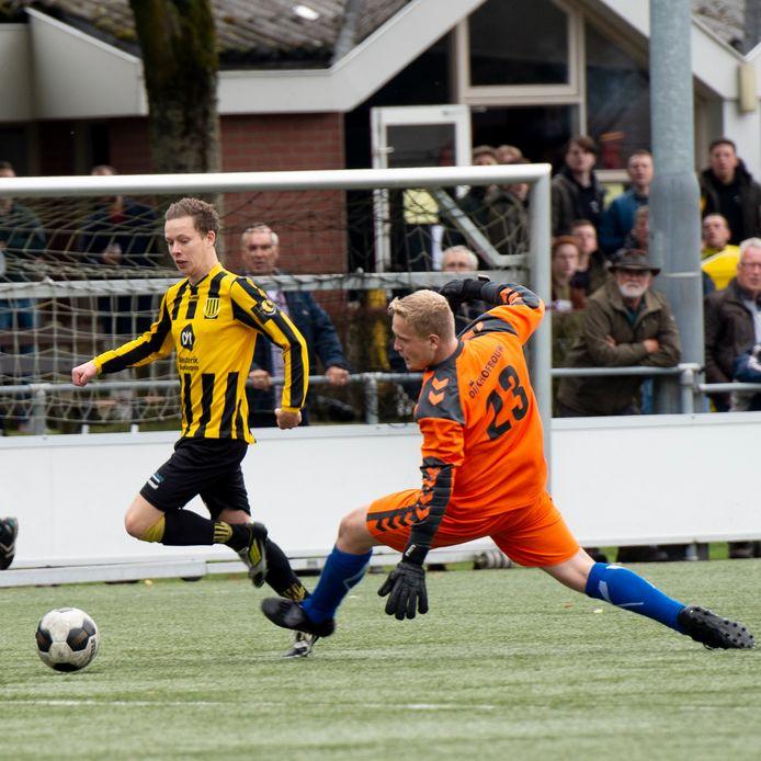 Pim Mulder van Beekbergen snelt langs Mika Berends, de gelegenheidskeeper van Klarenbeek.