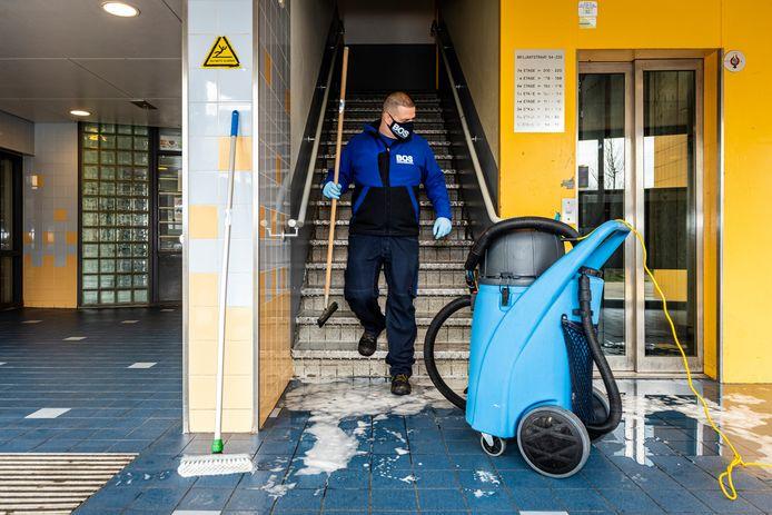 Ronald de Haan van Bos Schoonmaakservices heeft een hele kluif aan het verwijderen van de bloedsporen in het trappenhuis van de Briljantflat.