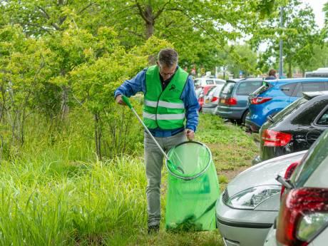 Ambtenaren gaan in Zierikzee de straat op om afval op te ruimen