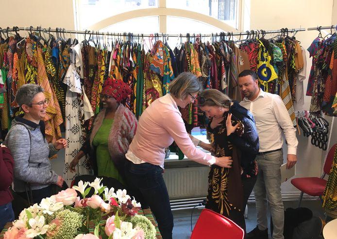 Bredase raadsleden op bezoek bij het project Krachtvrouwen, waar onder meer kleding wordt gemaakt. Krachtvrouwen is opgezet door Amina Hussen (tweede van links) om vrouwen in de wijk Oude Westen te ondersteunen. Vaak gaat het om vrouwen in de bijstand die via Krachtvrouwen een tegenprestatie verrichten