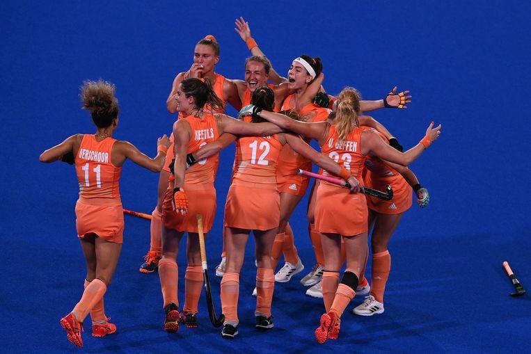De speelsters van Nederland na het winnen van goud. Beeld AFP