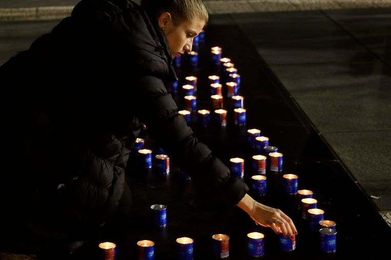 An Israeli woman lights a candle in memory of the late  former prime minister Ariel Sharon as Israelis pay their last respects next to his coffin displayed at the Knesset (the Israeli Parliament) in Jerusalem on January 12, 2014. Israelis are paying their respects to Ariel Sharon, whose controversial life inspired admiration and provoked revulsion and whose death drew emotional reactions even after eight years in a coma. AFP PHOTO/GALI TIBBON Beeld AFP