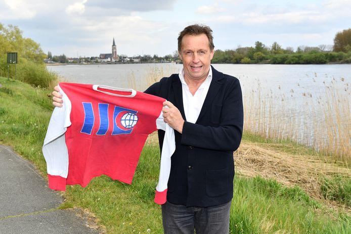 Johnny Van Den Bossche poseert trots met zijn truitje van Boom FC uit 1978, het jaar van zijn debuut in het eerste elftal.
