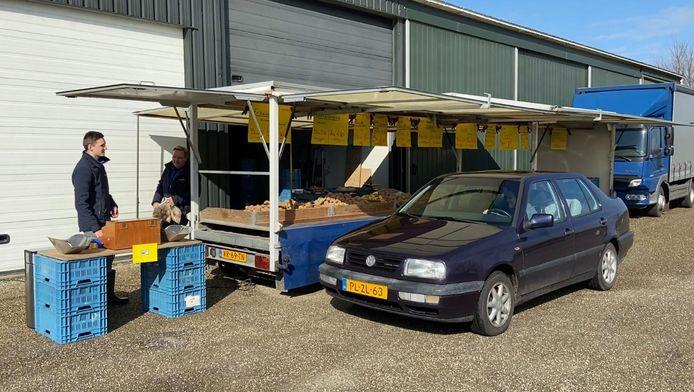 Klanten voor aardappels en uien kunnen in 's-Gravendeel terecht bij de Aardappeldrive.