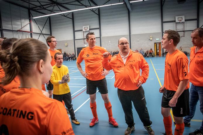 De Tilburgse coach Robin Simons pept het Nederlands Transplantatieteam op voor de wedstrijd tegen een team van de Tilburgse politie. Links naast hem Bob Rietbergen, 'de Wijnaldum van dit Oranje'.
