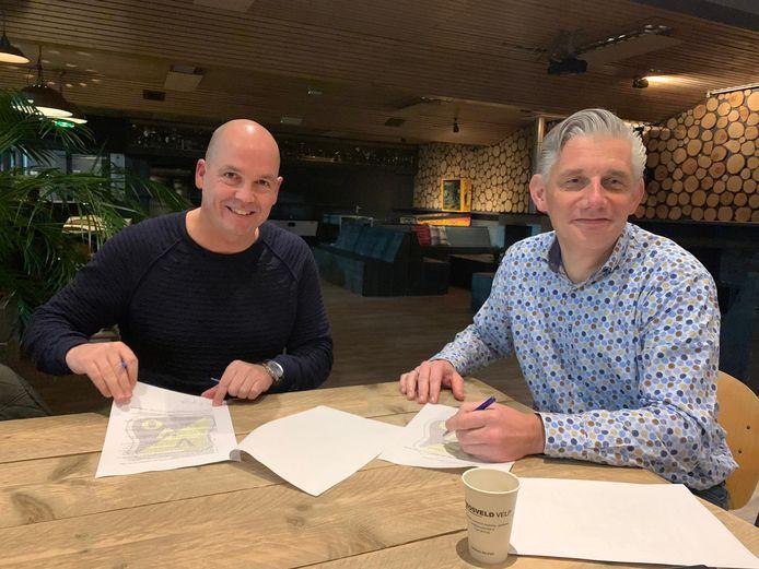 VVO-trainer Peter Gerritsen (l) en voorzitter Coen Zwiers bij ondertekening van het eerste contract, begin dit jaar.