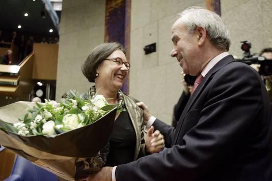 Frans Weisglas feliciteert Gerdi Verbeet, als ze wordt gekozen als Kamervoorzitter. © ANP