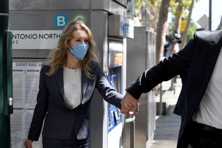 Elizabeth Holmes, de voormalige ceo van Theranos, verlaat de rechtbank in San José in Californië.  Beeld AP