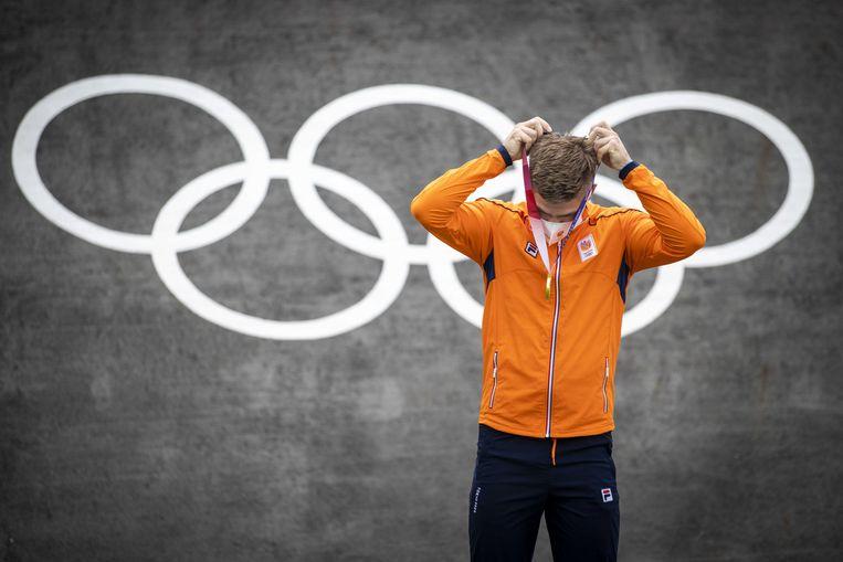 Medaillewinnaars moeten in Tokio zelf hun medaille omhangen, ook Niek Kimmann na zijn gouden olympische race bij het BMX in het het Ariake Urban Sports Park. Beeld ANP