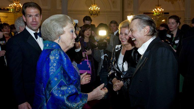 Mariss Jansons (rechts) afgelopen april in gesprek met de toenmalige koningin Beatrix. Geheel links bariton Thomas Hampson. Beeld ANP