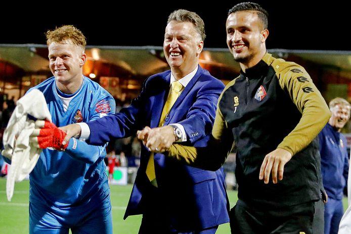 Louis van Gaal geniet na de wedstrijd, links doelman Ronald Koeman.