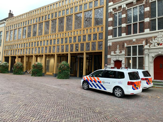 In het stadhuis werd op een vrijdag in oktober een lichaam aangetroffen.