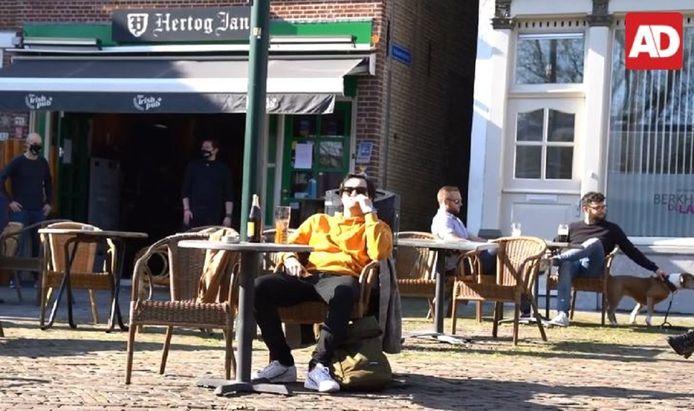 Bezoekers van een terrasje in Vlaardingen genieten van een biertje.