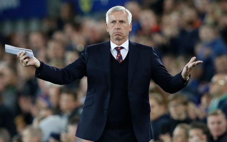Alan Pardew coacht een wedstrijd van zijn oude club Crystal Palace. Beeld REUTERS