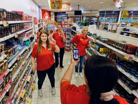 Medewerkers Utrechtse Kruidvat zijn met 28.000 volgers hit op TikTok: 'Komen zelfs 'fans' naar winkel'