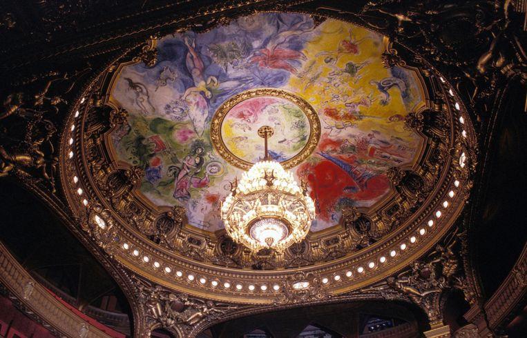 Op Google Street View kun je eindelijk eens de plafondschildering van Chagall van zeer nabij bekijken in de Parijse Opéra. Beeld Getty