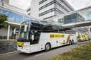 De nieuwe ambulancebus bij het academisch ziekenhuis Maastricht UMC+. Met de bus, een omgebouwde touringcar, zijn vandaag zes coronapatiënten overgebracht vanuit Rotterdam.