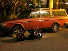 Motorrijder knalt hard tegen auto, maar vertrekt zonder nette afhandeling en laat tweewieler achter