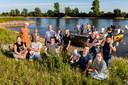 Bewoners van de Wilpse Klei voor hun eigen amfibievoertuig de Ark van Wilp.
