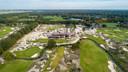Golfbaan Bernardus vanuit de lucht. Met het clubhuis op de achtergrond.