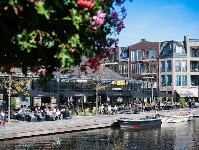 Acrhiefbeeld: De terrassen rond de Aarhaven in Alphen aan den Rijn op een zonnige oktoberdag.