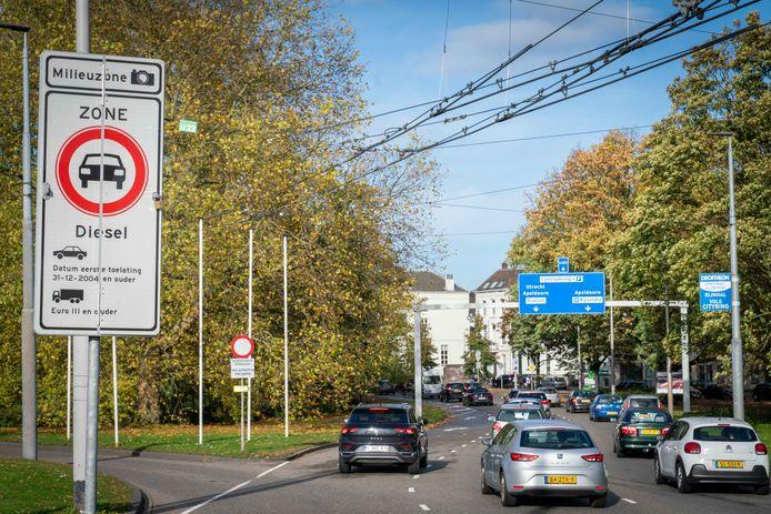 Oude diesels mogen vanwege de uitstoot niet meer rijden in het centrum van Arnhem.