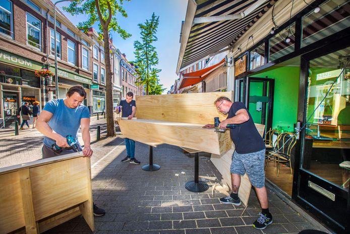 Cafe 42 in de Piet Heinstraat maakt het terras gereed voor komende maandag.