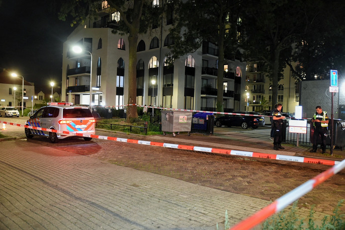 Agent schiet op auto in Tilburg nadat bestuurder op hem in is gereden