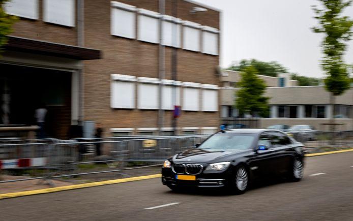 Een verdachte wordt dinsdag aangevoerd bij 'de bunker' in Amsterdam-Osdorp.