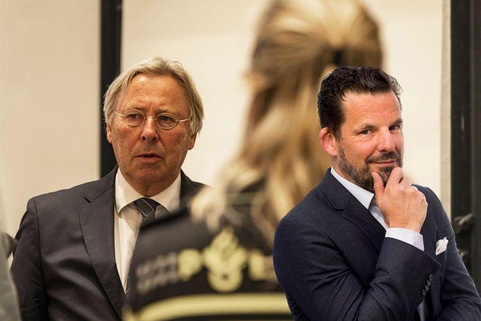 Peter den Oudsten, waarnemend burgemeester van Utrecht, in gesprek met politie tijdens de schorsing in een speciale commissievergadering van de gemeenteraad. Inzet: Jerry Goossens.