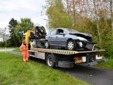Automobilist rijdt tegen een paaltje en belandt in de berm bij Sluis