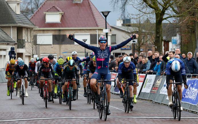 David Dekker won een jaar geleden in het centrum van Sint Willebrord de 44ste Dorpenomloop Rucphen. Enkele dagen later ging in Nederland de sportwereld op slot.