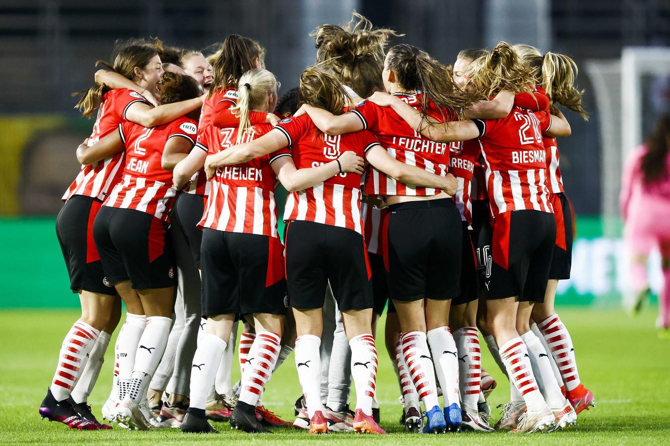 De speelsters van PSV juichen na het winnen van de TOTO KNVB Bekerfinale Vrouwen.