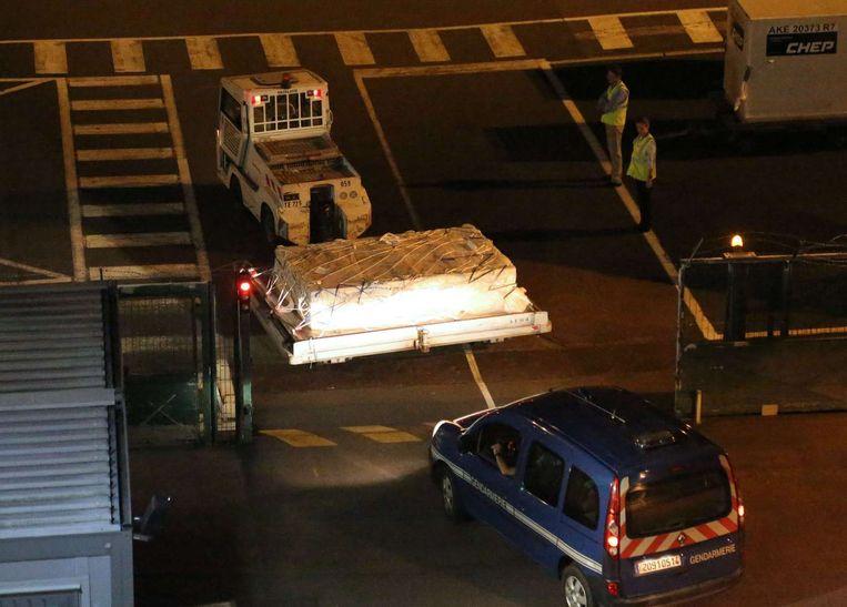 Een politie-escorte voor het vermoedelijke luchthaventransport van het gevonden wrakstuk. Beeld afp