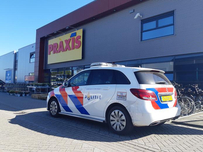 De politie bij bouwmarkt Praxis in Nunspeet.