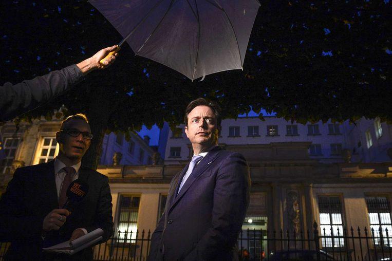 N-VA-leider Bart de Wever spreekt met de pers na afloop van de onderhandelingen. Beeld afp