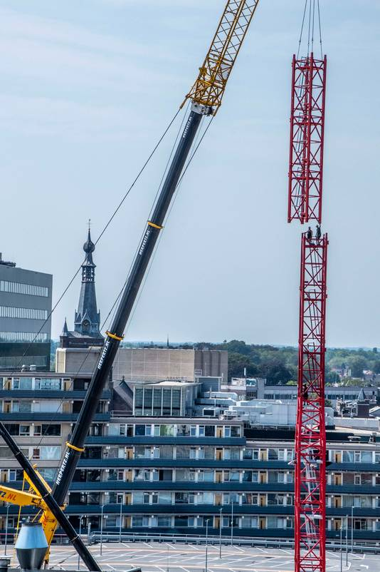 De kraan blijft nog bijna twee jaar in de skyline van Tilburg te zien.