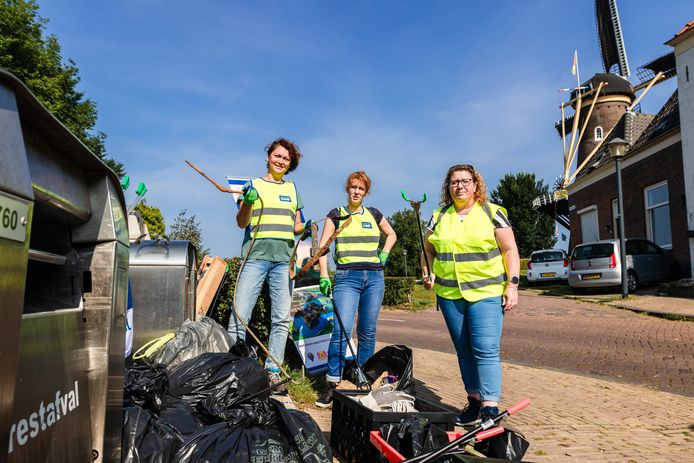 Iris Keasberry (l), Johanna Verweij (m) en  Marjolein Ruiter (r) van Schoon Gorinchem bij het zwerfvuil dat zij en andere vrijwilligers hebben opgeruimd tijdens World Cleanup Day 2021.