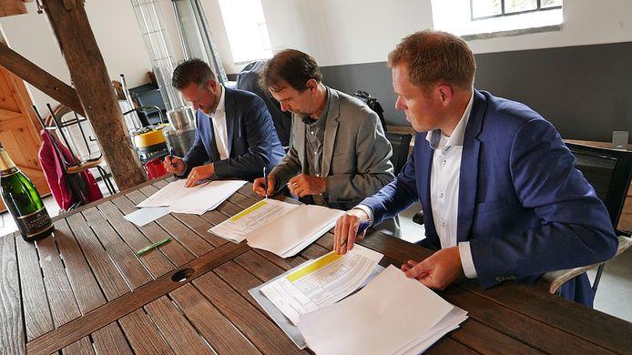 Toen er nog optimisme was tijdens de ondertekening van de overeenkomst voor de bouw van ongeveer 85 woningen Achter Den Eijngel in Lennisheuvel. Inmiddels een dikke vier jaar geleden.
