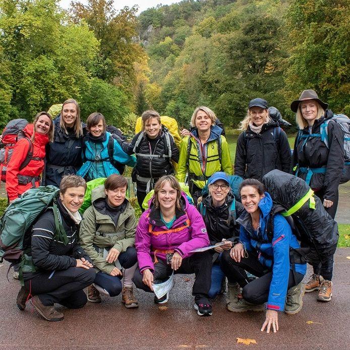 12 vriendinnen uit Waasmunster varen en wandelen samen 61 kilometer in de natuur ten voordele van de aankoop van de Ketelbossen nabij de Roosenbergabdij.