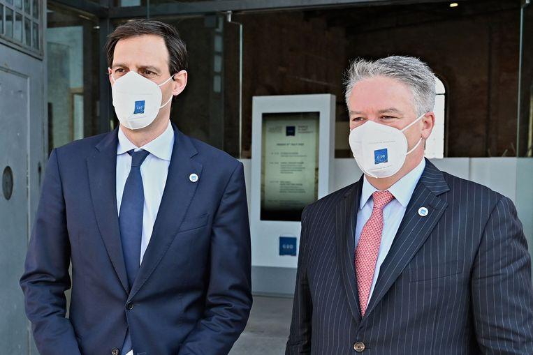 Demissionair minister Wopke Hoekstra poseert met de Australische Mathias Cormann, secretaris-generaal van de Oeso, voorafgaand aan de G20-top in Venetië.   Beeld AFP