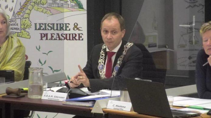 Burgemeester Anton Ederveen van Valkenswaard roept gemeenteraadsleden op op hun woorden te letten.