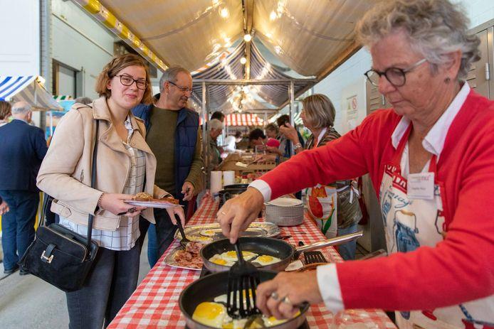 Nieuwe Noord-Bevelanders schuiven aan bij Boerenontbijt in Rusthoeve Colijnsplaat. Angeline Muys (rechts) bakt de eieren