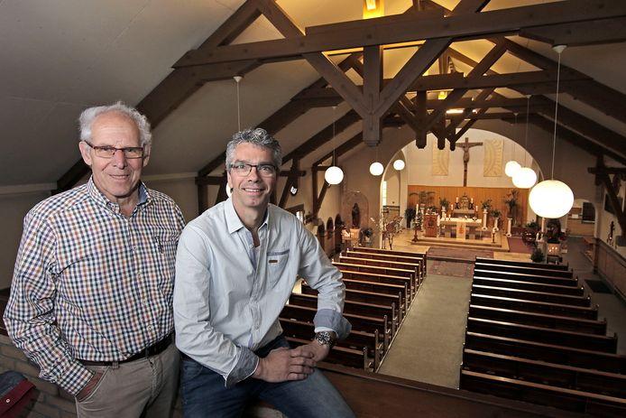 Jan Manders (links) en Sjack van der Laar van Klankbordgroep Kerkenvisie in de kerk van Venhorst. Foto Peter van Huijkelom