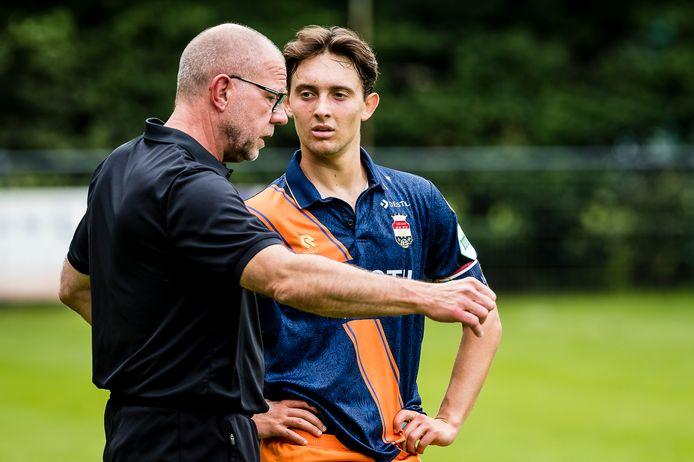 Rick Zuijderwijk krijgt instructies van trainer Fred Grim.
