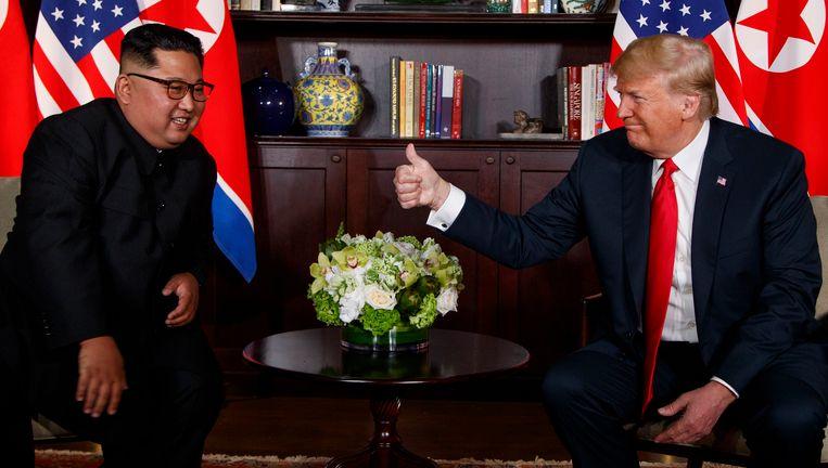 Trump steekt zijn duim op naar Kim.