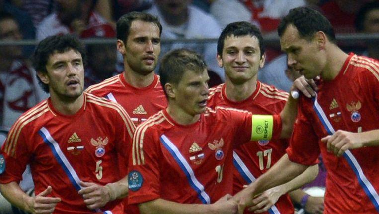 De Russen vieren hun doelpunt. Beeld epa