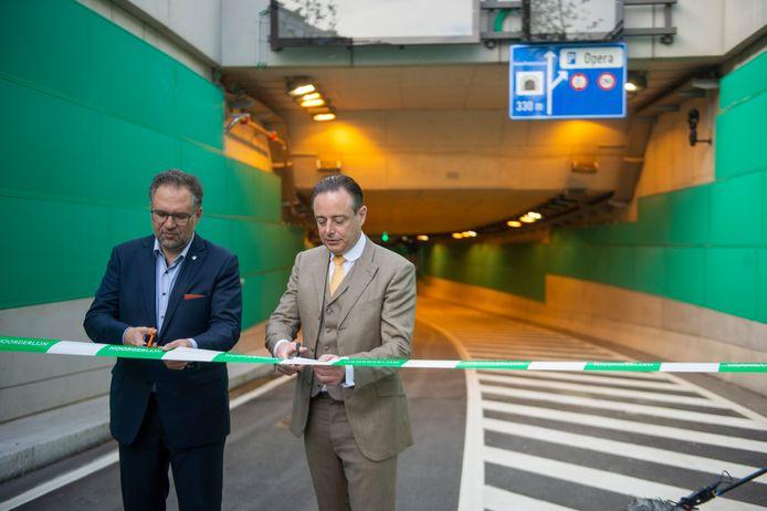 Schepen Koen Kennis en burgemeester Bart De Wever knipten de 'Knip van de Leien' naar het verleden